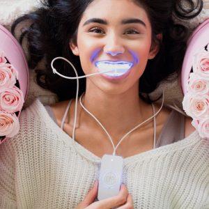 chica blanqueándose los dientes con glo home